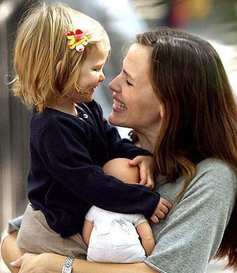 Jennifer Garner e Violet (3 anos). Em janeiro deste ano nasceu sua segunda filha chamada Seraphina.