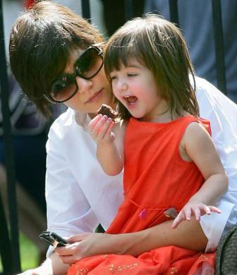 Kate Holmes e Suri (3 anos)